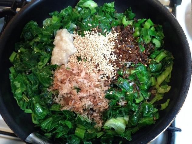 フライパンに油をしき、葉を炒め、しんなりしてきたら調味料を全部入れて炒めます。