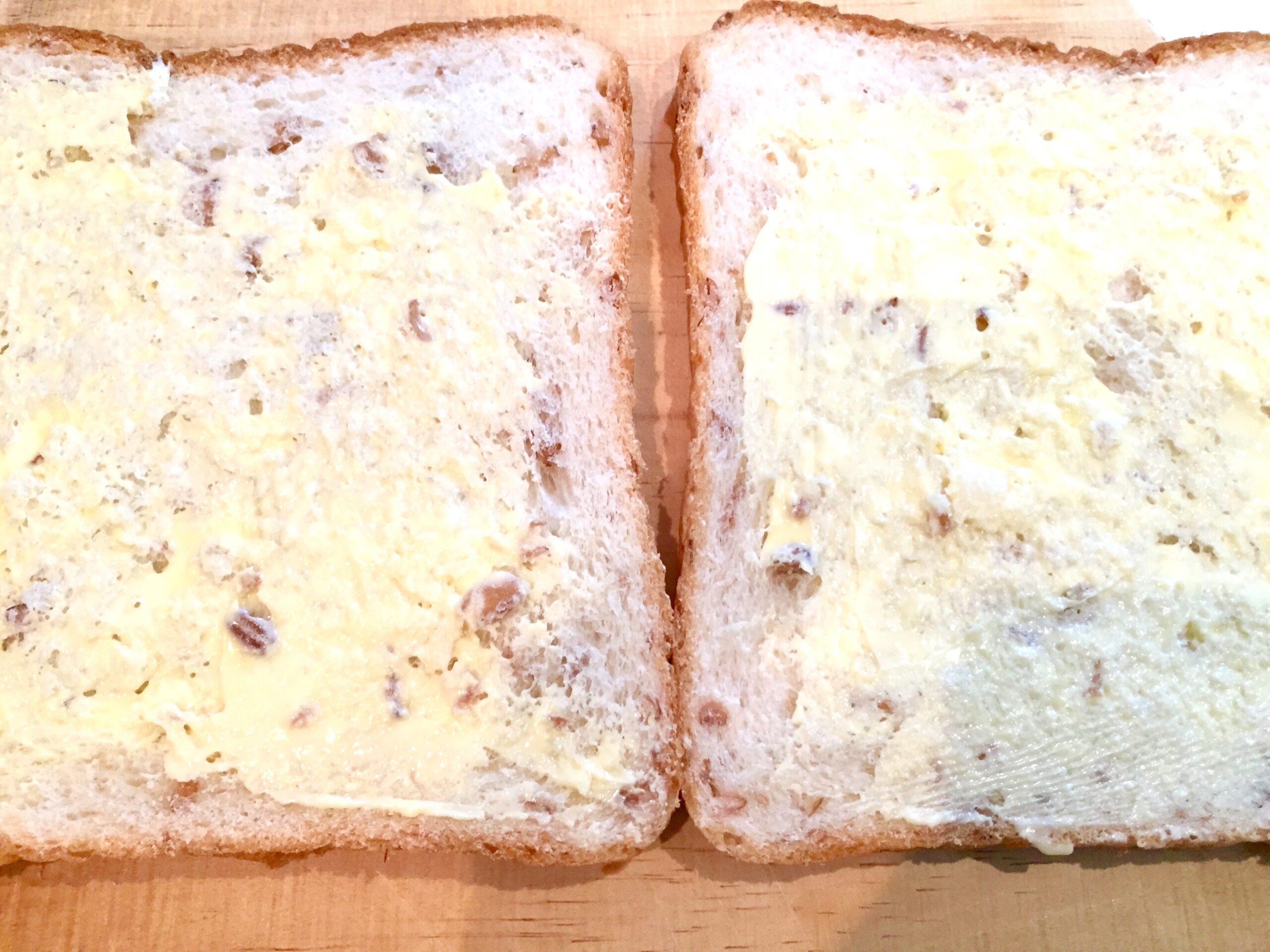 食パンにバターを塗ります。