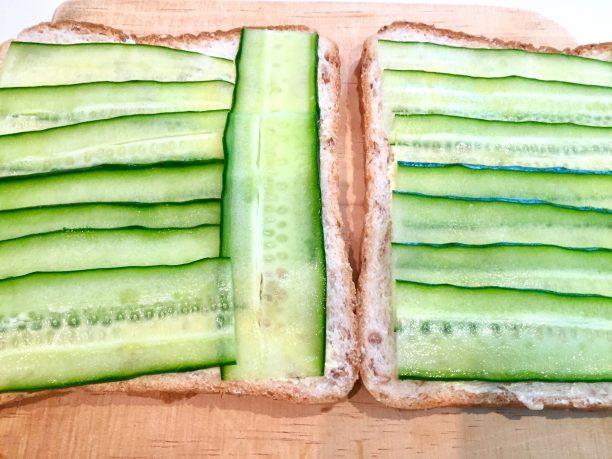 きゅうりの水分を拭き取り、パンの上に並べていきます。