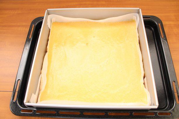 オーブンの天板または四角い型にクッキングシートを敷き、①を流し入れます。