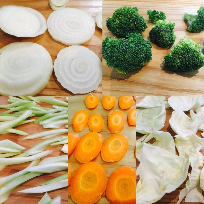野菜をそれそれ切り分けます。
