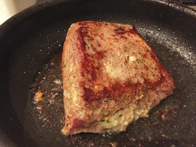フライパンに油を敷き、中火で全面に焼き色がつくように焼いていきます。 油がはねるので気をつけて下さい。