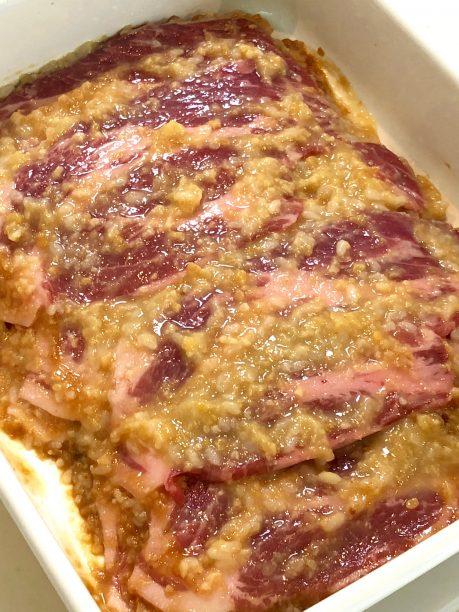 甘酒みそ→豚肉→甘酒みそ→豚肉の順に重ねたら、冷蔵庫で1時間以上寝かせます。