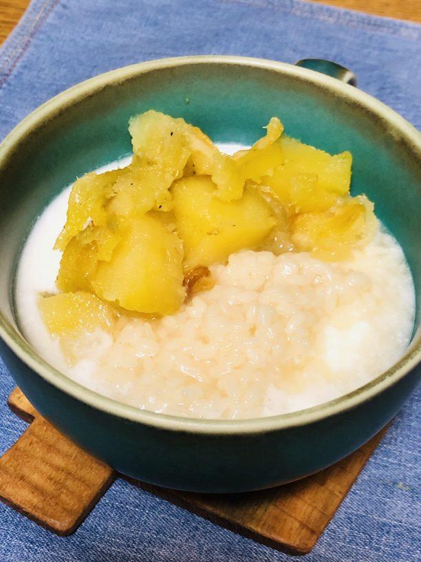 お皿に盛りつけたヨーグルトの上に、甘酒と焼き芋をトッピングしたら、出来上がり♫
