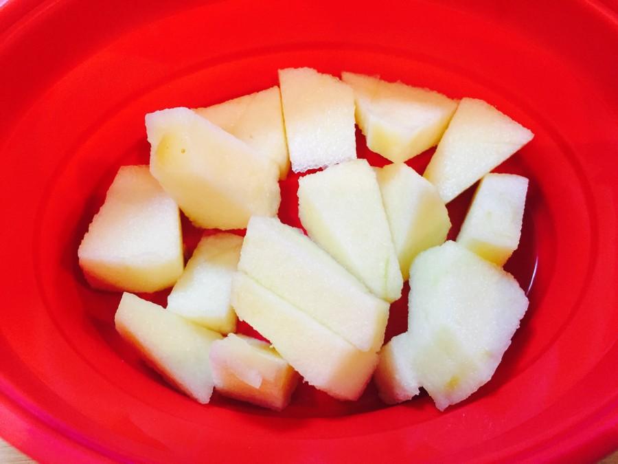 りんごがあったので、アップルシナモンを乗せてみました♫ りんごを小さく切り、耐熱容器に入れて電子レンジ600Wで1分加熱します。