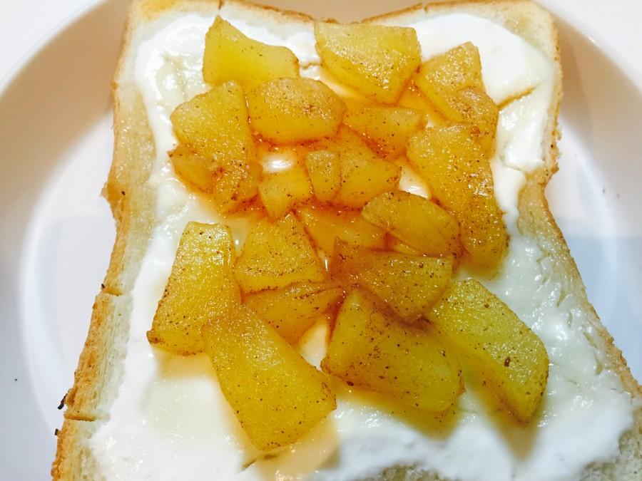シナモンをお好みの量かけて混ぜ合わせます。 焼きヨーグルトトーストに乗せて出来上がり♫