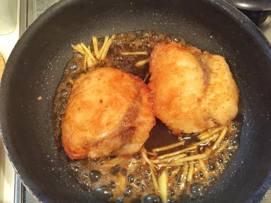 余分な油をキッチンペーパーでふきとり、④と千切りした生姜を入れて1~2分程度煮ます。 途中タレをかけながら両面照りを出します。