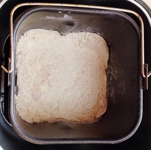 材料をHB(ホームベーカリー)に入れてスタート。 我が家のHBは焼きあがりまでに4時間33分かかります。