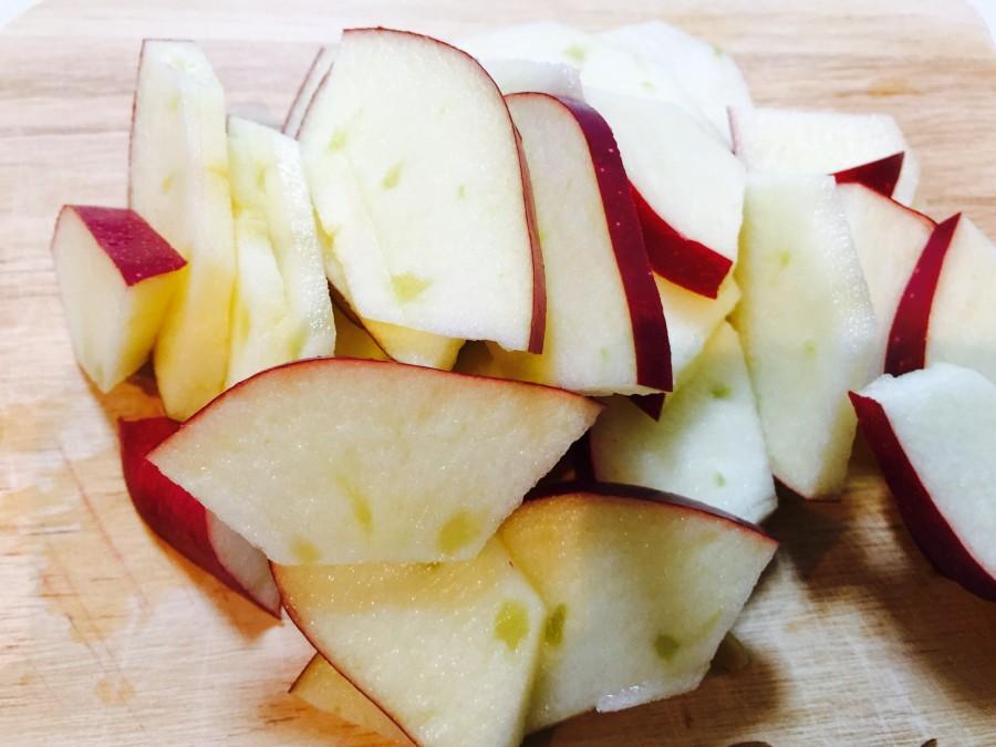 リンゴはヘタを取って、皮付きのまま薄くイチョウ切りにします。
