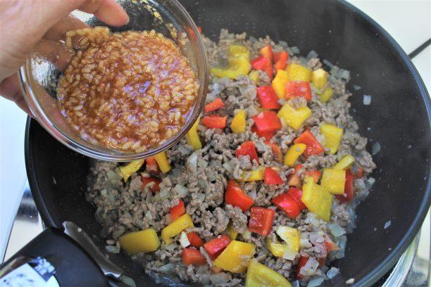 塩コショウをし、味付け調味料を混ぜ合わせ軽く炒めます。