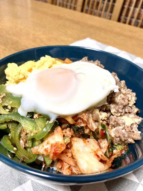 器にご飯を盛り、豚ひき肉のそぼろ、炒り卵、キムチ、病みつきピーマン、にんじんしりしり、半熟卵を乗せたら出来上がり♫