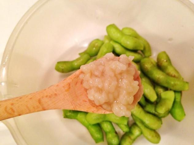 枝豆に塩こうじを揉み込んで30分程おきます。