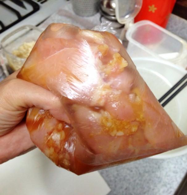 水を切ったムネ肉と下味調味料(●)をビニール袋に入れてよく揉みます。 その後5分放置します。