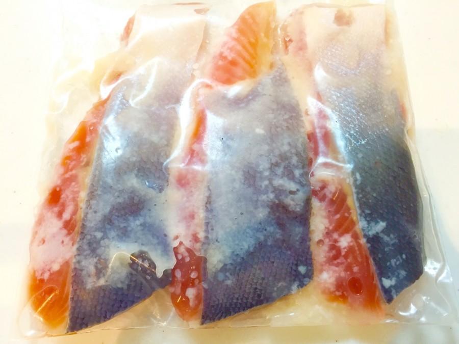 保存袋に、サーモンと塩こうじを馴染ませてから、冷蔵庫で半日〜1日寝かせます。