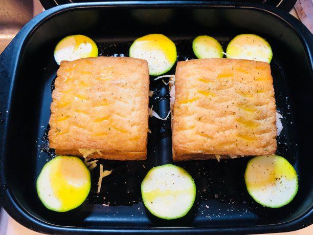 グリルパンにオリーブオイルを塗り、サンドした厚揚げ、スライスしたズッキーニを入れ、上からオリーブオイル、ブラックペッパーを掛けて蓋をします。 グリルで8分加熱します。