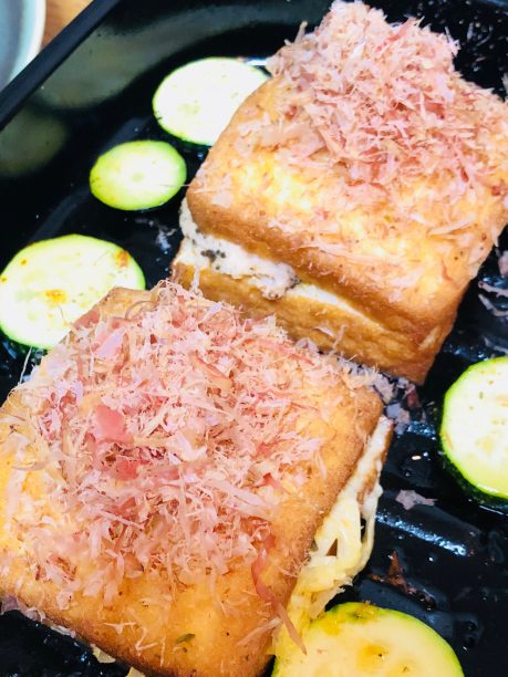 お好みの量のすりおろし生姜、かつお節をトッピングし、しょうゆを回し掛けたら出来上がり♫