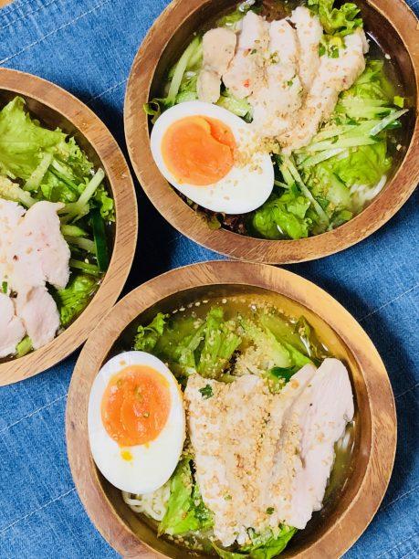麵を③の器に移し軽く混ぜてから、サラダチキン、きゅうり、グリーンリーフ、半熟卵をトッピングしたら出来上がり♫