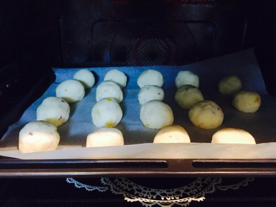 クッキングシートを敷いた天板に並べ、200℃に予熱したオーブンで15分焼きます。