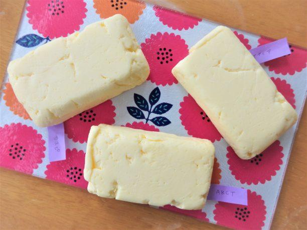 それぞれのサワークリームを発酵バターにしてみました! 加塩バターにする場合は、サワークリームに塩1~1.2gを混ぜてください。 発酵バターになると、どの菌種でも同じお味になります♪