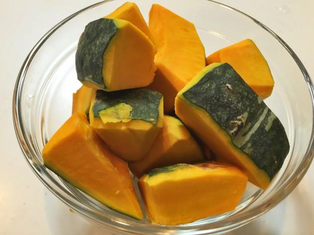 かぼちゃを食べやすい大きさに切ります。面取りすると煮崩れしにくいです。