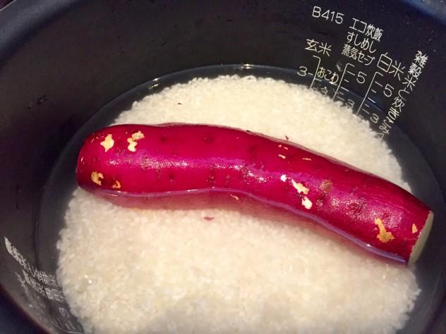 ご飯を炊くときに、綺麗に洗ったサツマイモを入れて一緒に炊くと、とても甘くてホックホクになります。 カレーと一緒に食べても美味しいですよ♪