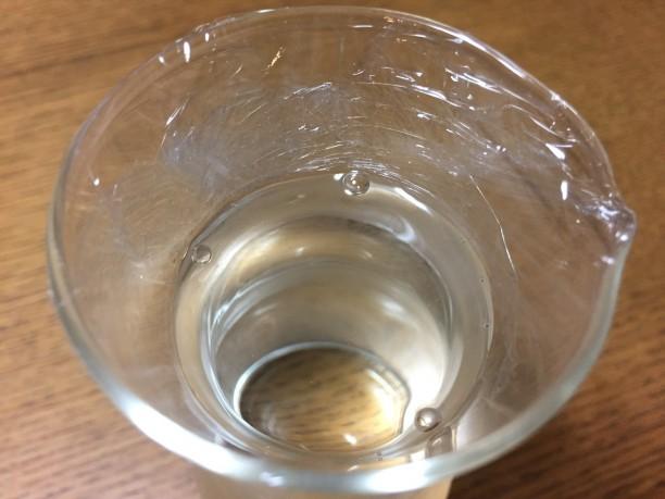 9分目まで日本酒を注ぎ、ラップで口を塞ぎます。