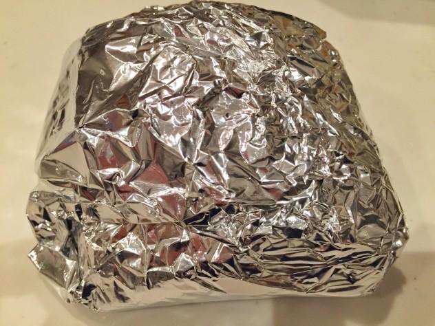 二枚重ねたホイルで包み、熱が冷めるまで放置します。