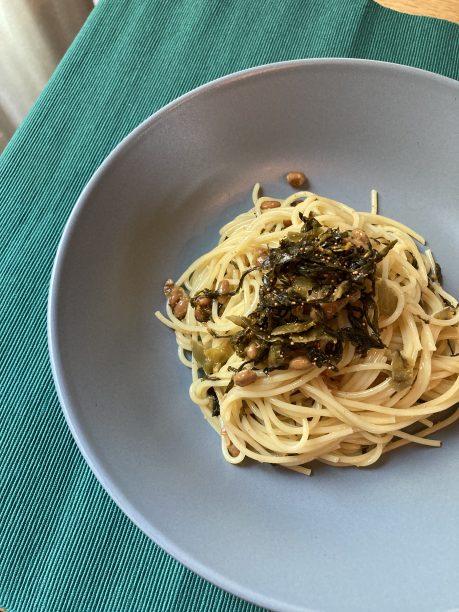 茹でたパスタをボウルに移し、オリーブオイル、納豆、高菜明太を入れ混ぜ合わせたら出来上がり♫