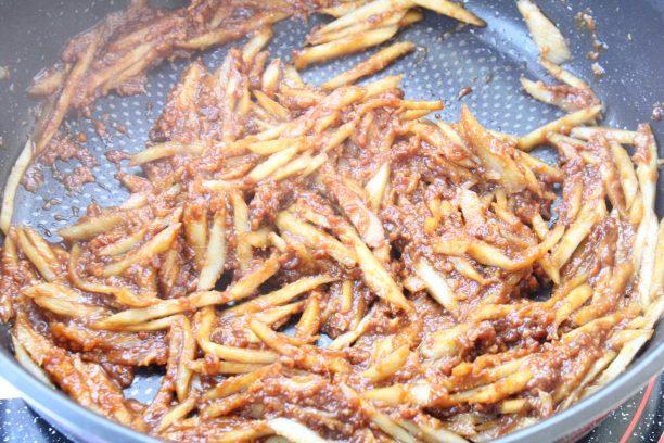 フライパンにごま油を入れ中火でごぼうを炒めます。透き通ってきたら味付け調味料(●)をすべて入れ10分程度炒めます。