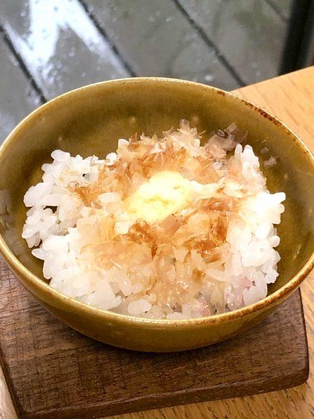 お茶碗にご飯を盛り付け、その上にかつお節と発酵バターを乗せたら出来上がり♫