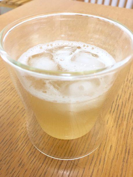 コップにシロップと炭酸水を入れ、よく混ぜたら出来上がり♫