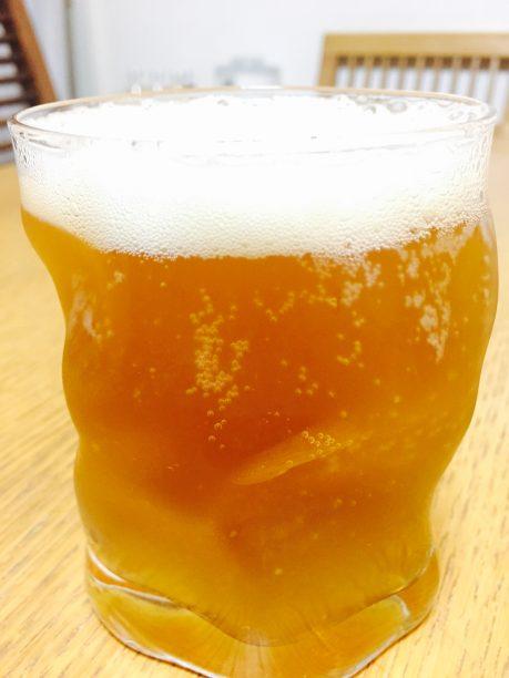 グラスにジンジャーシロップを入れ、ビールを注いで混ぜたら出来上がり♫