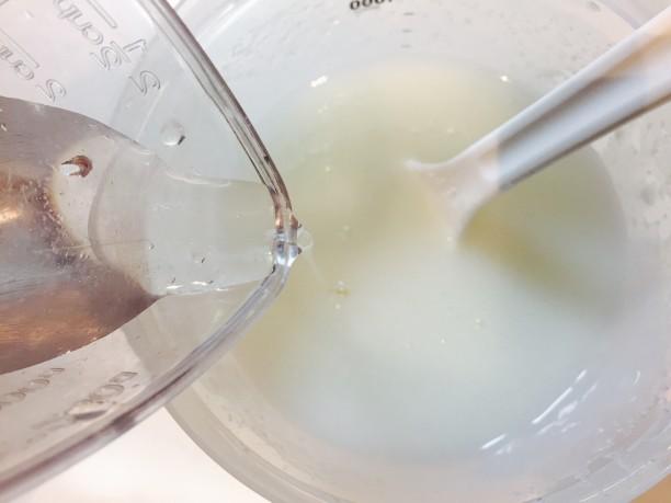 柔らかくなったら、熱湯消毒したヨーグルティアの内容器に移し替え、残りの水を入れてトロトロになるまでかき混ぜます。