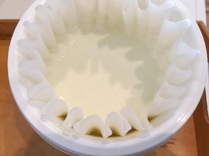 ヨーグルティアの内容器に水切りバスケットとペーパーフィルターをセットし、①を入れて濾します。