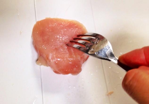 鶏胸肉を削ぎ切りにし、フォークでブスブス穴をあけます。