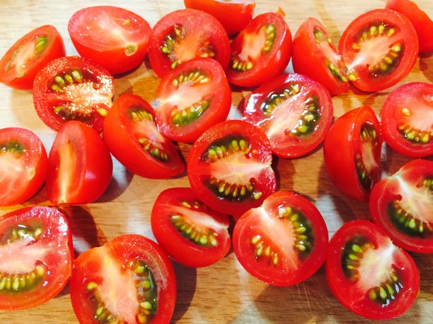 ミニトマトは洗ってヘタを取り、水気を取ったら縦半分に切ります。