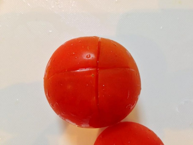 トマトのお尻に十字に切り込みを入れます。