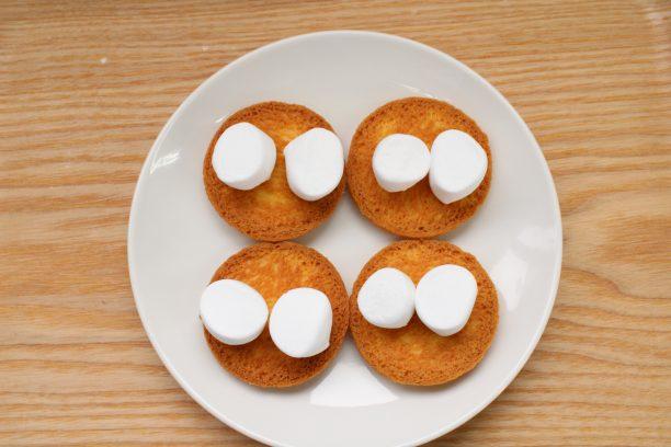 耐熱皿に裏向きにしたクッキーの上にマシュマロをのせ、電子レンジ600Wで10秒加熱します。
