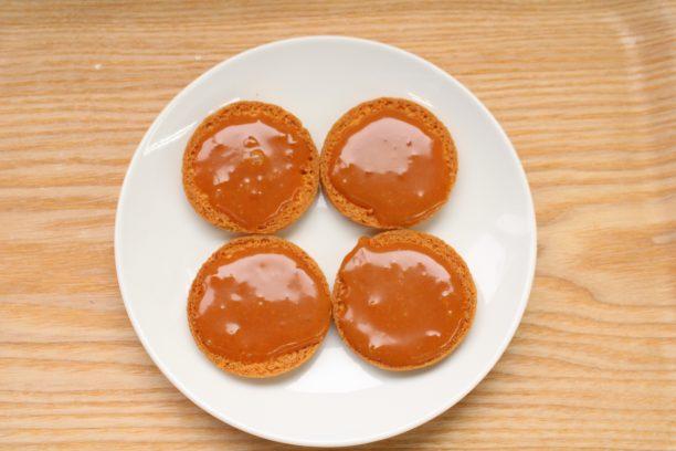 もう一枚のクッキーの裏面に塩キャラメルクリームを塗り、⑥のマシュマロを優しく押さえながらサンドします。