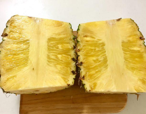 生のパイナップルを切り分け、芯を取り出します。