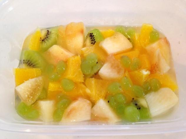 ①の粗熱が取れたら1/3を容器に入れ、フルーツを入れて表面が固まるまで待ちます。