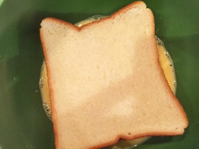 卵と飲むヨーグルトを混ぜ合わせ、その中にサンドイッチした食パンを浸します。