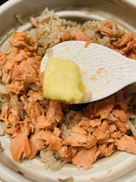 炊き上がったら、鮭の骨を取り除いてバターを入れてよく混ぜ合わせます。