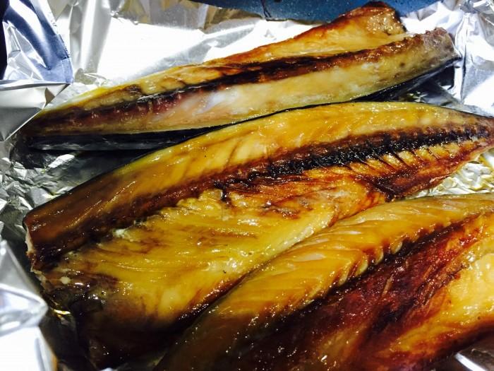 フライパンかグリルで鯖を焼きます。