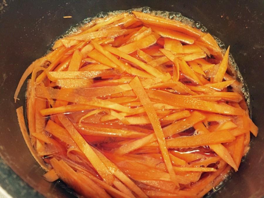 醤油とみりんを鍋に入れ、煮立ったら千切りした人参を入れて混ぜ火を消します。