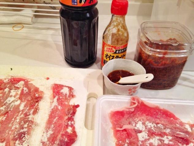 豚肉に塩コショウと小麦粉をまぶします。