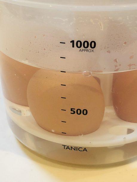 沸騰したお湯を800mlのメモリまで注いで蓋をします。
