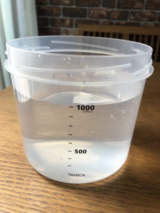 レンジ消毒したヨーグルティアの内容器に水を入れます。