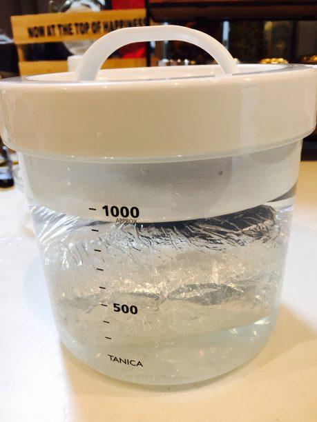ヨーグルティアの内容器に⑤を入れて70度前後のお湯を注いで蓋をします。