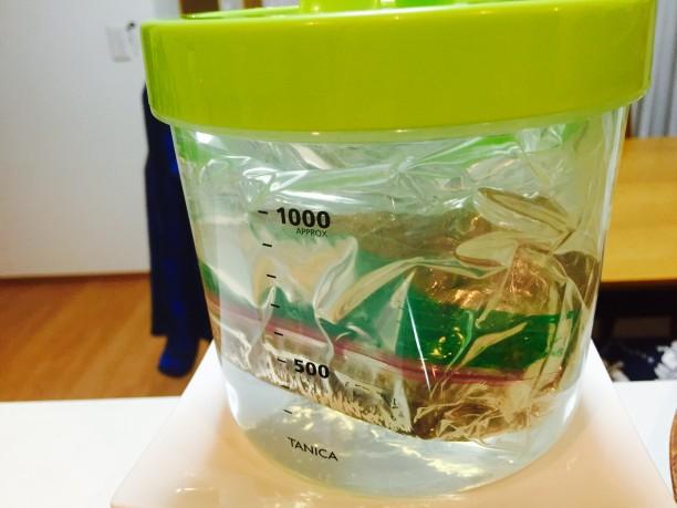 保存袋に入れて空気を抜き、ヨーグルティアの内容器に入れ、お湯(70度位)を注いで蓋をします。